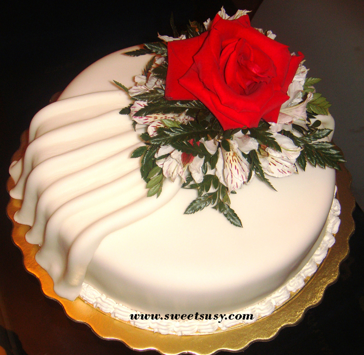 Red Rose Flowers Cake